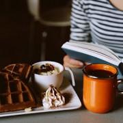 Biscoito, doce, livro e café